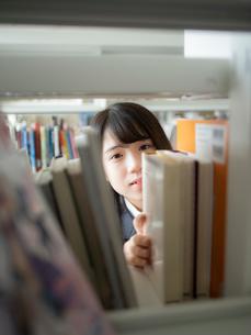 図書室の女子高校生の写真素材 [FYI01220718]