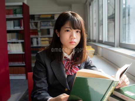 図書室の女子高校生の写真素材 [FYI01220719]