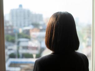 窓の外を見る女子高校生の写真素材 [FYI01220725]