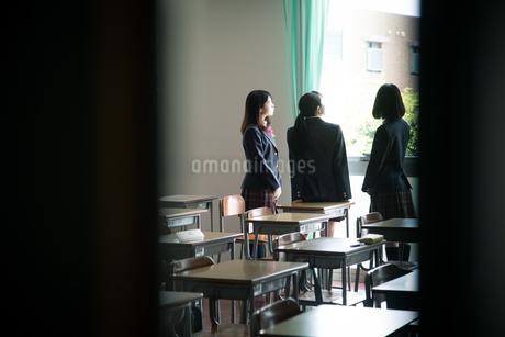 教室で会話する3人の女子高校生の写真素材 [FYI01220849]