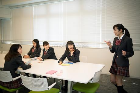 ディスカッションをする女子高校生の写真素材 [FYI01220882]
