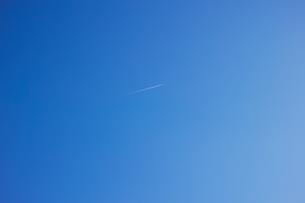 横長で斜光の青空の写真素材 [FYI01235294]